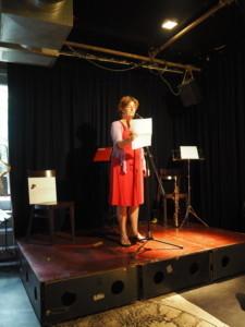 Daphne Kalff draagt voor uit Zwanenvergadering