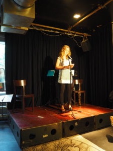 Anne Twijnstra draagt voor uit Zwanenvergadering
